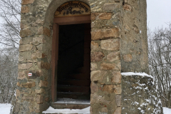 Eingang zum Hirschkopfturm im Winter
