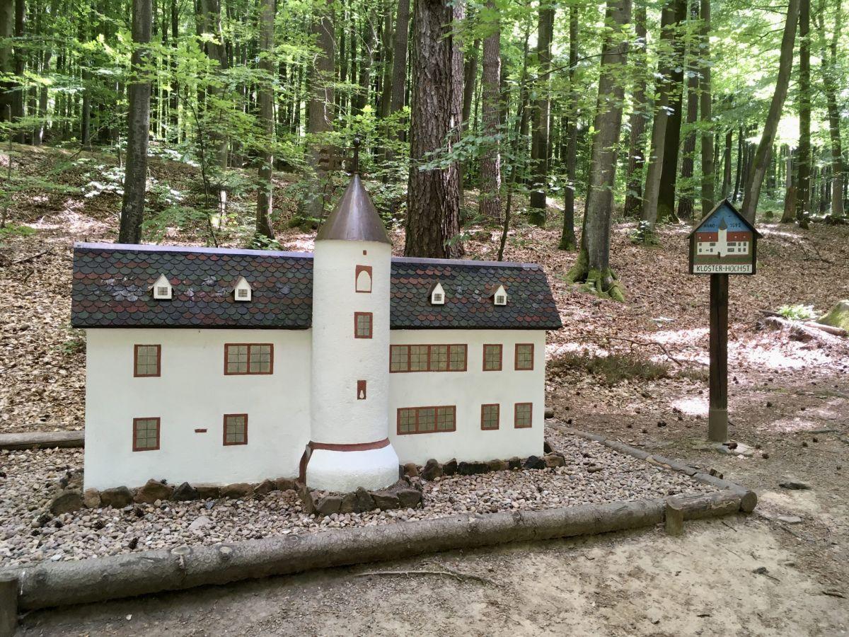 Obrunnschlucht: Modell Kloster Höchst im Odenwald