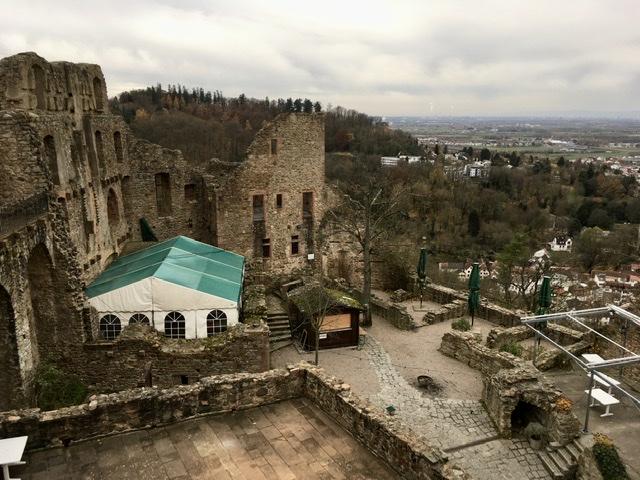 Blick vom Bergfried auf den Burghof der Windeck